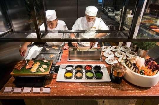 只要1560元,即可享有【台北文華東方酒店-文華Caf'e】平日午間自助饗吃吧單人券一張(加價可用晚間或週末,效期到2018年6月30日)