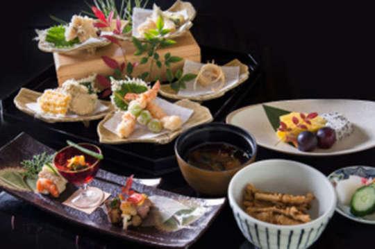 只要1390元,即可享有【大倉久和大飯店-桃花林中餐廳/山里日本料理】平假日午餐套餐通用券